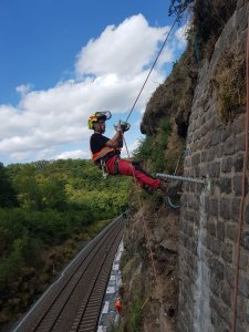 Der gesamte Hang muss für die Bahn gesichert werden, alles was wieder nachgewachsen ist, wird freigeschnitten.